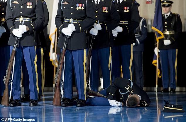 Hiện chưa rõ nguyên nhân anh lính này ngất xỉu. Ảnh: GETTY IMAGES