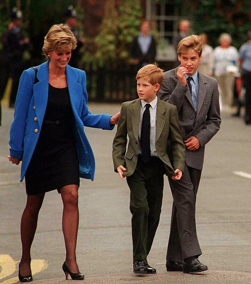 Công nương Diana và Hoàng tư Harry tiễn Hoàng tử William ngày đầu vào học trường nội trú Eton College. Ảnh: GETTY IMAGES