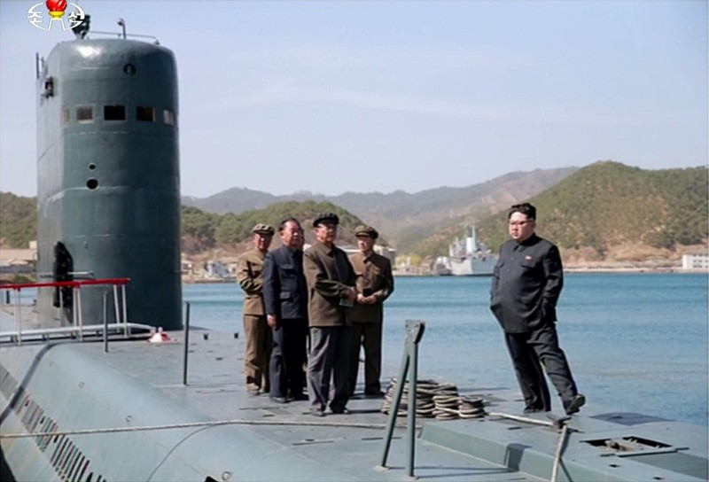 Lãnh đạo Triều Tiên Kim Jong-un đứng trên tàu ngầm quan sát một vụ thử tên lửa đạn đạo. Ảnh: RODONG SINMUN công bố ngày 24-4-2016