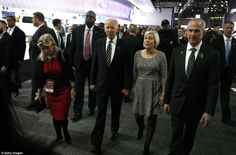 Vợ chồng Phó Tổng thống Joe Biden (giữa) trên đường đến tham dự buổi phát biểu chia tay của Tổng thống Obama. Ảnh: GETTY IMAGES