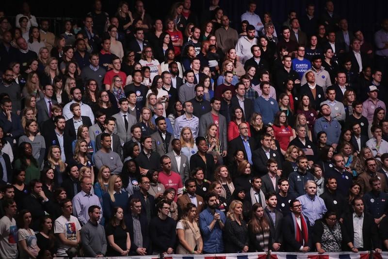 Người dân Mỹ nghe Tổng thống Obama phát biểu tại Chicago tối 10-1. Ảnh: AP