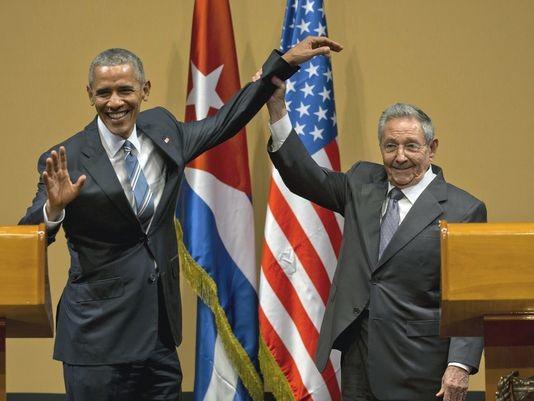 Tổng thống Mỹ Barack Obama (trái) gặp Chủ tịch Cuba Raul Castro trong chuyến thăm Cuba tháng 3-2016. Ảnh: AP