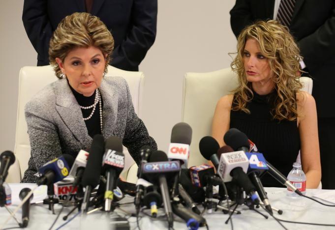 Cô Summer Zervos (phải) và luật sư đại diện Gloria Allred tại cuộc họp báo thông báo vụ kiện ông Trump, ngày 17-1 tại Los Angeles (California, Mỹ). Ảnh: REUTERS