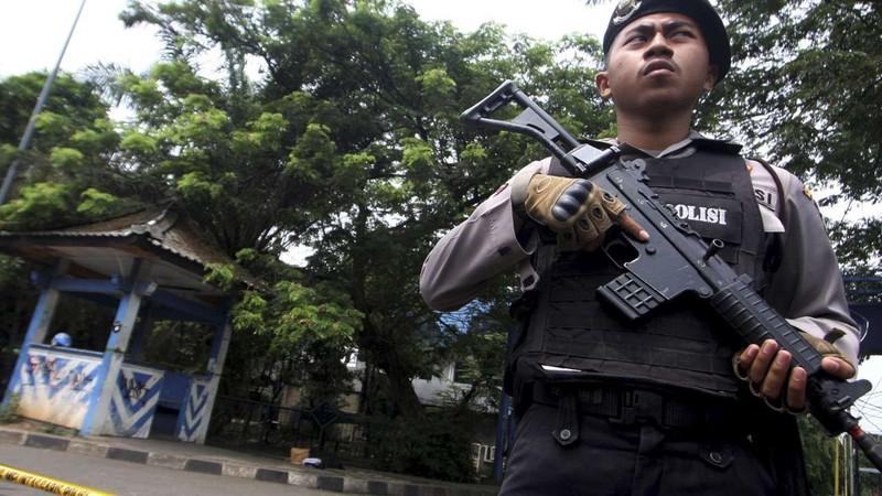 Cảnh sát Indonesia canh gác hiện trường một nghi can IS tấn công cảnh sát ở Tangerang (tỉnh Banten, Indonesia). Ảnh: REUTERS