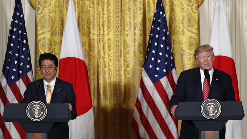 Tổng thống Trump (phải) và Thủ tướng Abe họp báo tại thủ đô Washington (Mỹ) ngày 10-2. Ảnh: AP