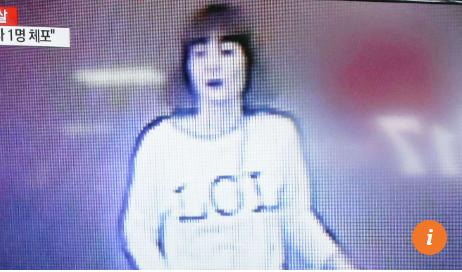 Người phụ nữ áo trắng tấn công ông Kim Jong-nam từ phía sau. Ảnh: SMCP