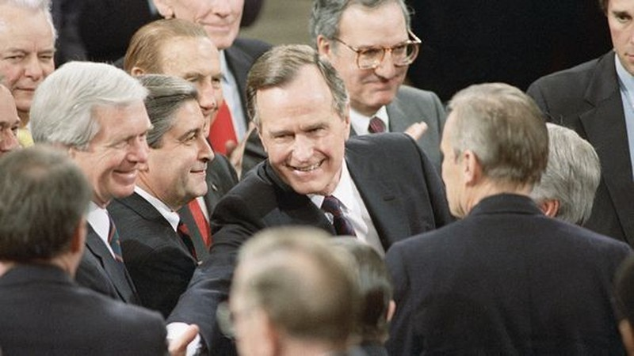 Tổng thống George H.W. Bush chuẩn bị phát biểu lần đầu trước  Quốc hội ngày 9-2-1989. Ảnh: AP