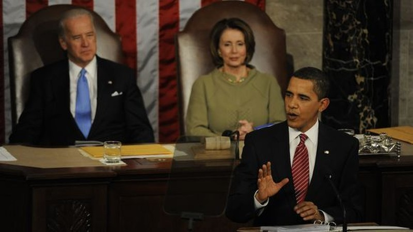 Tổng thống Barack Obama phát biểu lần đầu trước Quốc hội ngày 24-2-2009, phía sau là Phó Tổng thống Joe Biden và Chủ tịch Hạ viện Nancy Pelosi. Ảnh: USA TODAY