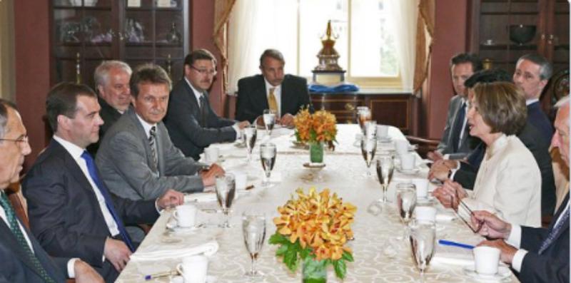 Bức ảnh cuộc gặp giữa phái đoàn bà Pelosi (phải) và phái đoàn Tổng thống Nga Dmitry Medvedev (trái) năm 2010. Ảnh: TWITTER