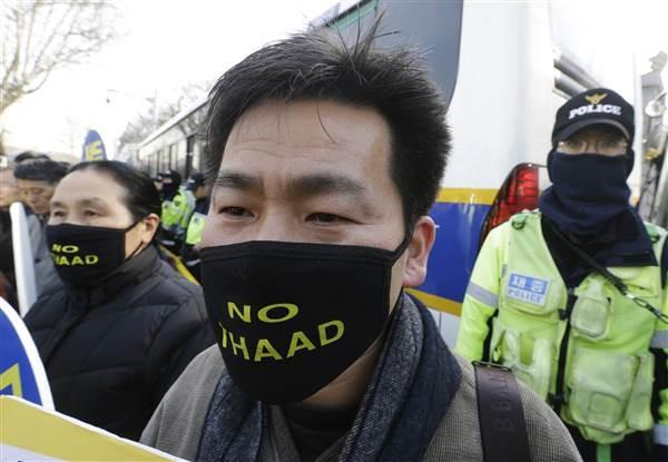 Dân Hàn Quốc biểu tình phản đối triển khai tên lửa THAAD, cuối tháng 2. Ảnh: AP