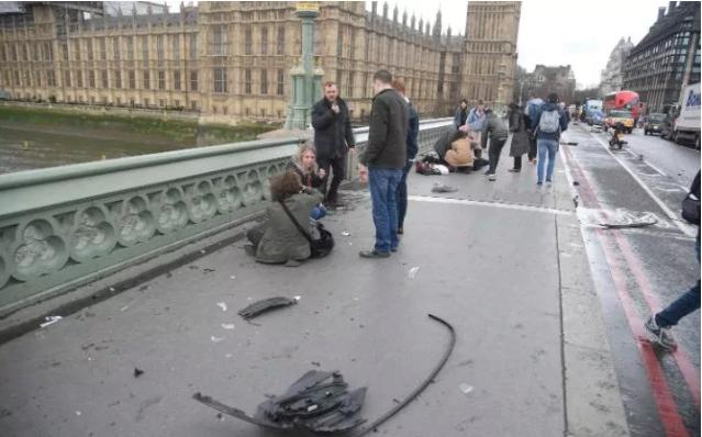 Người bị thương trên cầu Westminster khi xe kẻ tấn công chạy qua. Ảnh: REUTERS