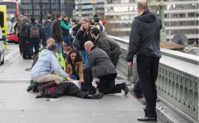Nạn nhân nằm trên cầu Westminster. Ảnh: REUTERS