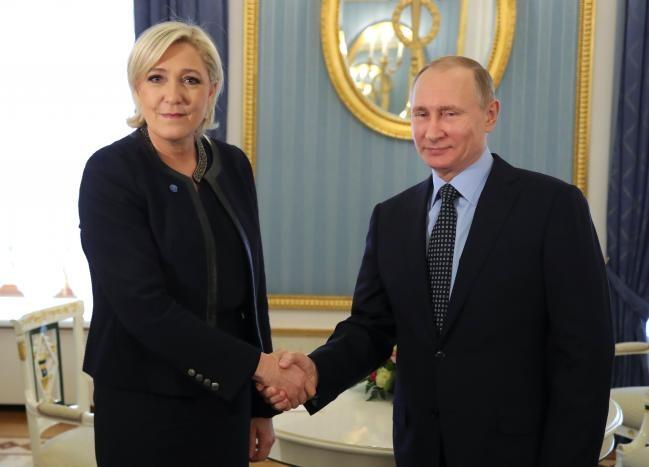 Bà Le Pen và Tổng thống Putin. Ảnh: REUTERS
