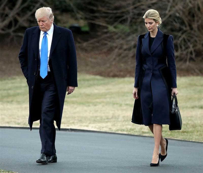 Cha con Donald và Ivanka Trump tại Nhà Trắng ngày 1-2. Ảnh: GETTY IMAGES