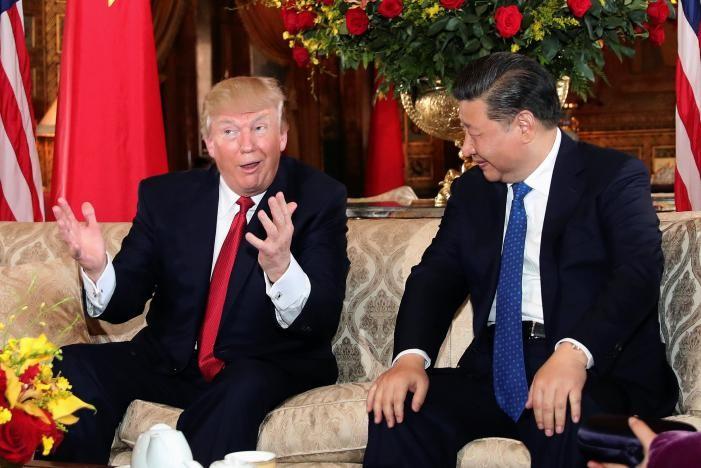 Biểu hiện của Tổng thống Trump (trái) trong lúc nói chuyện với Chủ tịch Tập tại khu nghỉ mát Mar-a-Lago (Florida, Mỹ) ngày 6-4. Ảnh: REUTERS