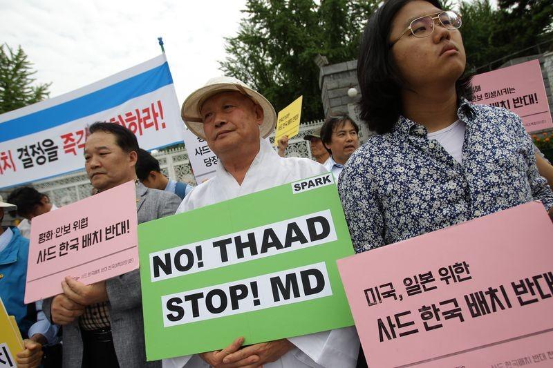 Dân Hàn Quốc biểu tình phản đối triển khai hệ thống tên lửa THAAD trước trụ sở Bộ Quốc phòng ở Seoul ngày 13-6-2016, thời điểm Mỹ và Hàn Quốc mới đạt thỏa thuận về hệ thống THAAD. Ảnh: GETTY IMAGES