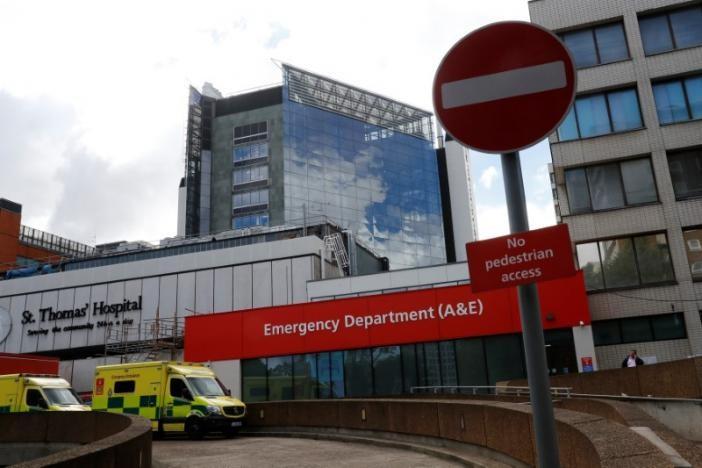Xe cứu thương bên ngoài bệnh viện St Thomas ở London (Anh) – một trong những bệnh viện bị tin tặc tấn công - ngày 12-2017. Ảnh: REUTERS