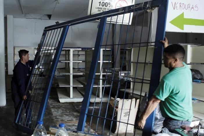 Một siêu thị ở San Cristobal (Venezuela) bị cướp sạch hàng hóa ngày 18-5. Ảnh: REUTERS