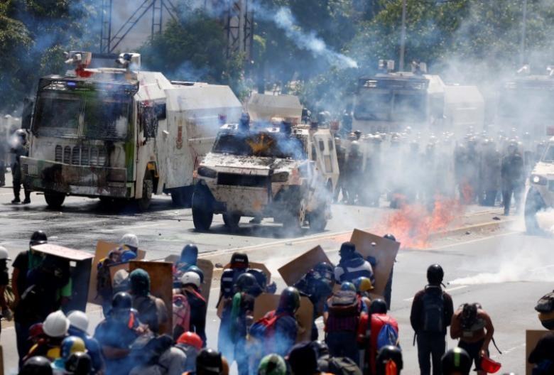 Biểu tình phản đối Tổng thống Venezuela Nicolas Maduro tại thủ đô Caracas (Venezuela) ngày 18-5. Ảnh: REUTERS