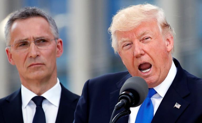 Tổng thống Mỹ Donald Trump (phải) và Tổng Thư ký NATO Jens Stoltenberg tại hội nghị NATO ở Brussels (Bỉ) ngày 25-5. Ảnh: REUTERS