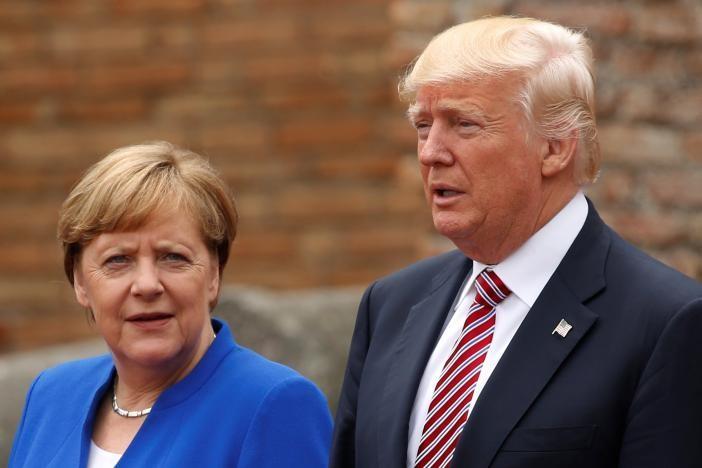 Thủ tướng Đức Merkel (trái) và Tổng thống Mỹ Trump trước phiên khai mạc hội nghị G7 ở Ý ngày 26-5. Ảnh: REUTERS