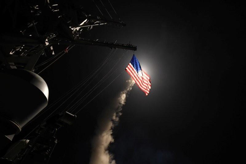Tàu khu trục tên lửa USS Porter của Mỹ bắn tên lửa hành trình Tomahawk từ Địa Trung Hải vào căn cứ không quân Sharyat của Syria ngày 7-5. Ảnh: REUTERS