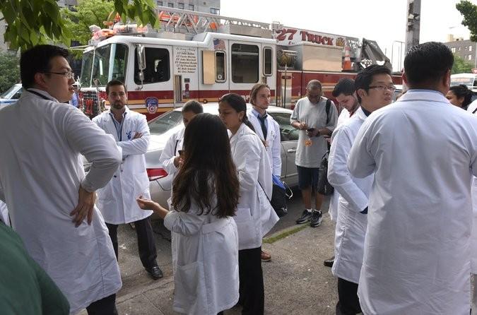 Nhân viên bệnh viện Bronx-Lebanon tụ tập bên ngoài bệnh viện sau khi vụ xả súng xảy ra chiều 30-6. Ảnh: GETTY IMAGES