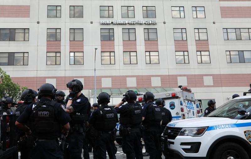 Cảnh sát canh gác bên ngoài bệnh viện Bronx-Lebanon sau khi vụ xả súng xảy ra chiều 30-6. Ảnh: NEW YORK TIMES
