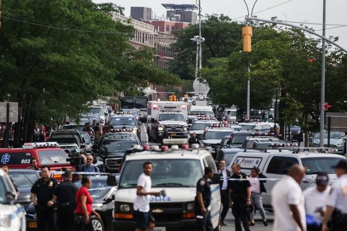 Cảnh kẹt xe bên ngoài bệnh viện Bronx-Lebanon sau khi vụ xả súng xảy ra chiều 30-6. Ảnh: NEW YORK TIMES