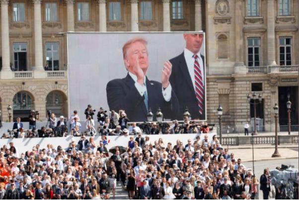 Hình ảnh Tổng thống Trump tại lễ diễu binh được chiếu trên màn hình. Ảnh: REUTERS