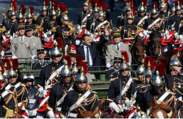 Tổng thống Pháp Macron đến lễ diễu binh. Ảnh: REUTERS