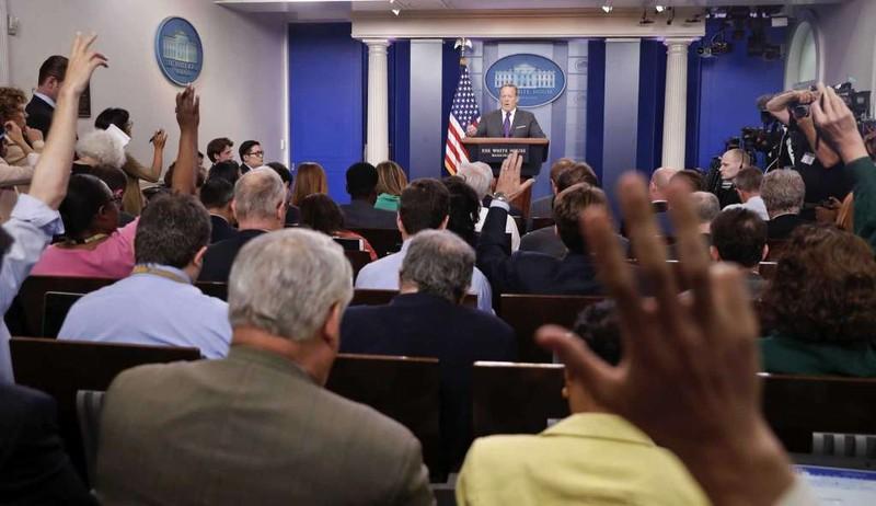Ông Sean Spicer tại cuộc họp báo ngày 17-7. Ảnh: AP