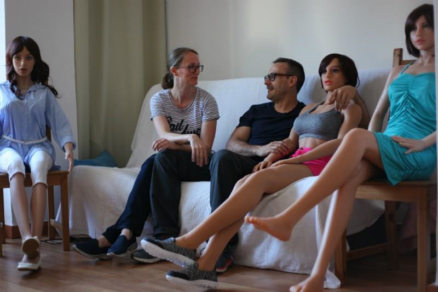 Nhà sáng chế robot Sergi Santos và vợ Maritza Kissamitaki cùng với các robot tình dục tại nhà mình ở ngoại ô Barcelona (Tây Ban Nha) ngày 12-7. Ảnh: REUTERS