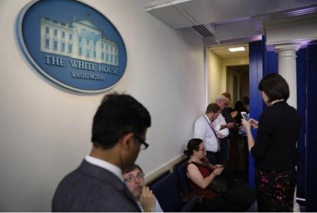 Các nhà báo tập trung ở Nhà Trắng chờ nghe ông Sean Spicer thông báo từ chức. Ảnh: REUTERS