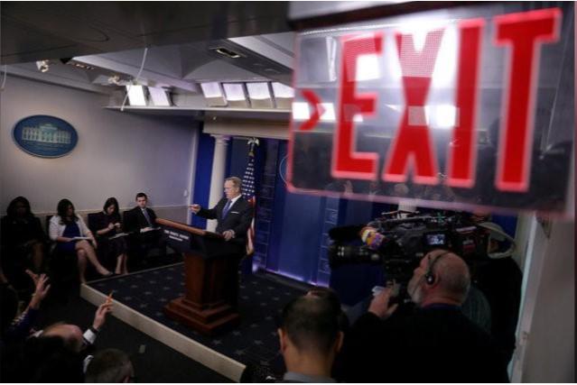 Ông Sean Spicer họp báo tuyên bố từ chức tại Nhà Trắng ngày 21-7. Ảnh: REUTERS
