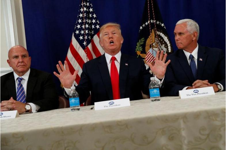 Tổng thống Trump (giữa) cùng Phó Tổng thống Pence (phải), và Cố vấn An ninh Quốc gia H.R. McMaster họp báo chung tại New Jersey ngày 10-8. Ảnh: REUTERS