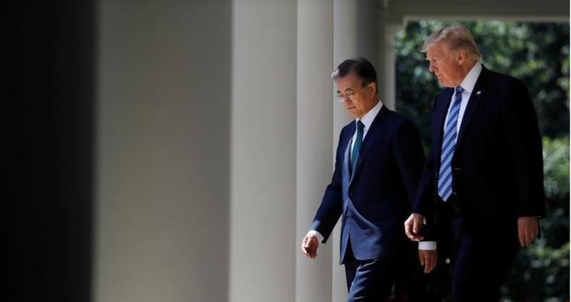 Tổng thống Mỹ Donald Trump (phải) và Tổng thống Hàn Quốc Moon Jae-in tại Vườn Hồng, Nhà Trắng (Mỹ) ngày 30-7. Ảnh: REUTERS