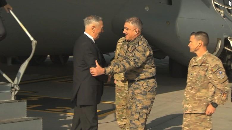 Bộ trưởng Quốc phòng Mỹ James Mattis (trái) đến sân bay Hamid Karzai ở Kabul (Afghansitan) ngày 27-9. Ảnh: CNN