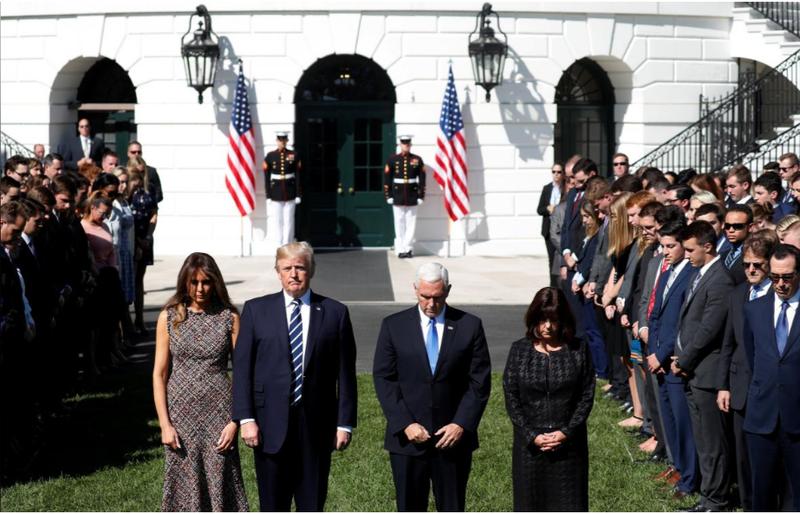 Vợ chồng Tổng thống Trump và Phó Tổng thống Pence tưởng niệm các nạn nhân vụ xả súng từ Nhà Trắng ngày 2-10. Ảnh: REUTERS