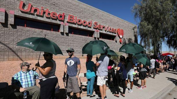 Hàng trăm người xếp hàng chờ hiến máu cứu chữa các nạn nhân vụ xả súng Las Vegas. Ảnh: REUTERS