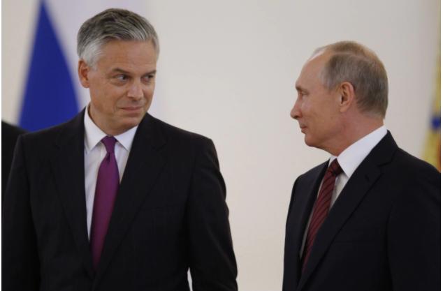 Tân đại sứ Mỹ tại Nga Jon Huntsman (trái) và Tổng thống Nga Vladimir Putin ngày 3-10. Ảnh: EPA