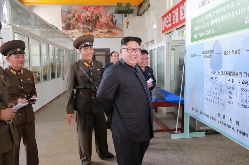 Lãnh đạo Kim Jong-un (phải) trong chuyến thăm Viện Vật liệu Hóa học thuộc Học viện Khoa học Quốc phòng Triều Tiên hồi tháng 8. Ảnh: KCNA