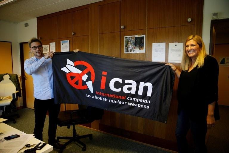 Beatrice Fihn (phải) - Giám đốc Điều hành ICAN và Ganiel Hogsta – một điều phối viên của ICAN vui mừng trước thông tin ICAN được trao giải thưởng Nobel Hòa bình, tại Geneva (Thụy Sĩ) ngày 6-10. Ảnh: REUTERS