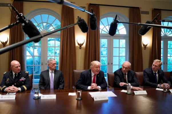 Iran và Triều Tiên là hai chủ đề bàn trong cuộc gặp giữa Tổng thống Mỹ Trump (giữa) và các lãnh đạo quân đội tại Nhà Trắng ngày 5-10. Ảnh: REUTERS