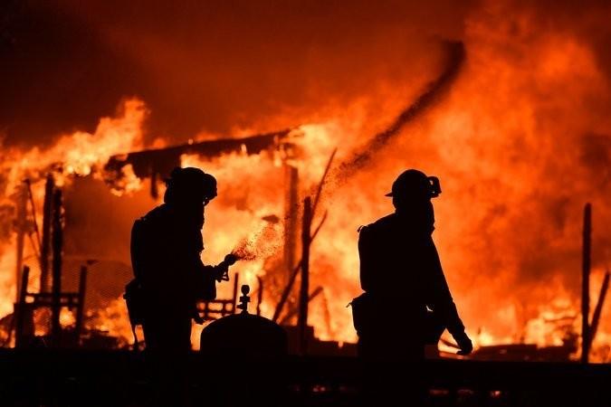 Lính cứu hỏa chiến đấu với lửa tại hạt Napa, California (Mỹ) ngày 9-10. Ảnh: AFP