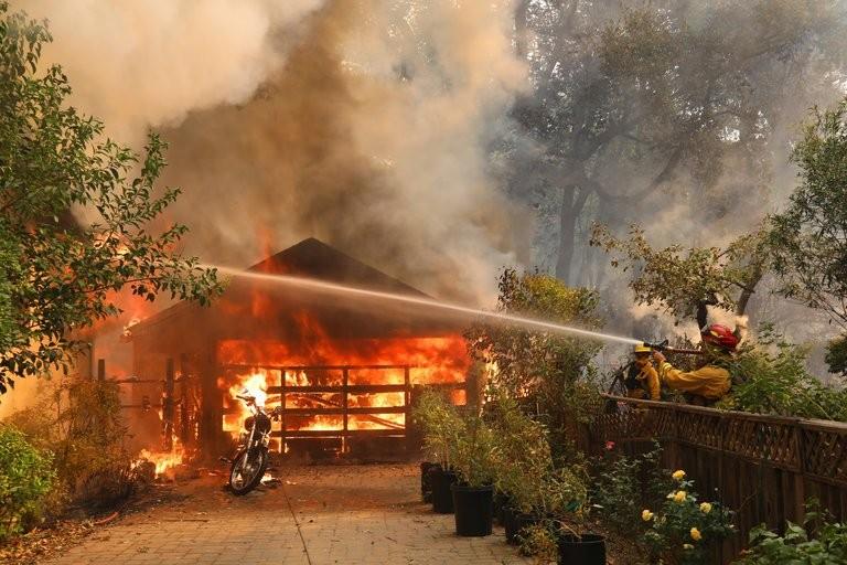 Một ngôi nhà bị chìm trong lửa ở vùng Glen Ellen, hạt Sonoma, California (Mỹ) ngày 9-10. Ảnh: NEW YORK TIMES