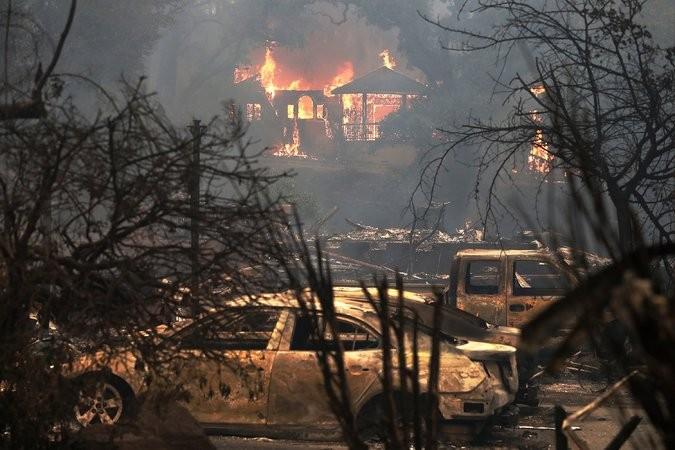 Lửa bao trùm một ngôi nhà ở vùng Glen Ellen, hạt Sonoma, California (Mỹ) ngày 9-10. Ảnh: GETTY IMAGES