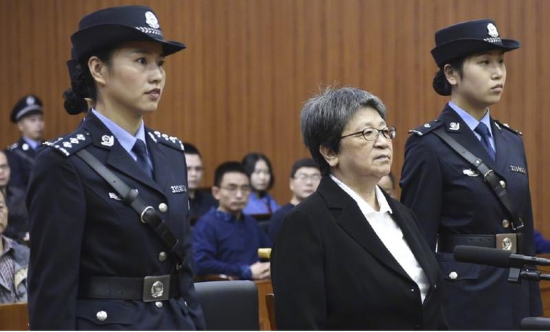 Bà Dương Tú Châu (giữa) tại tòa. Ảnh: SCMP