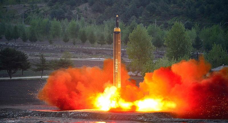 Tên lửa đạn đạo tầm trung Hwasong-12 của Triều Tiên trong một vụ phóng. Ảnh: MISSLE THREAT