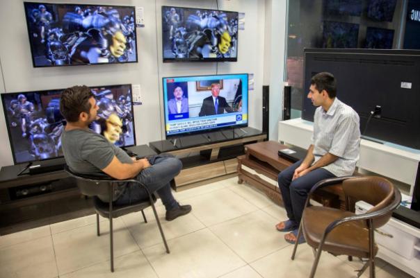 Người dân Tehran (Iran) theo dõi bài phát biểu của ông Trump về thỏa thuận hạt nhân ngày 13-10. Ảnh: REUTERS